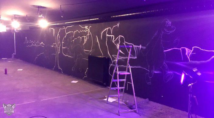 erste Linien auf schwarzer Wand